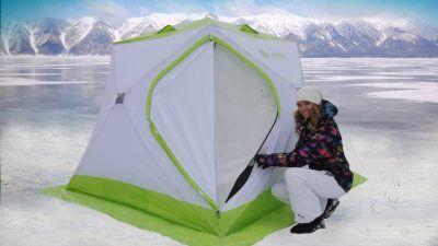 Девушка рядом с палаткой