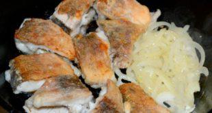 Щука жареная на сковороде с луком